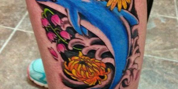 tatuagens-de-golfinhos-entre-flores-1