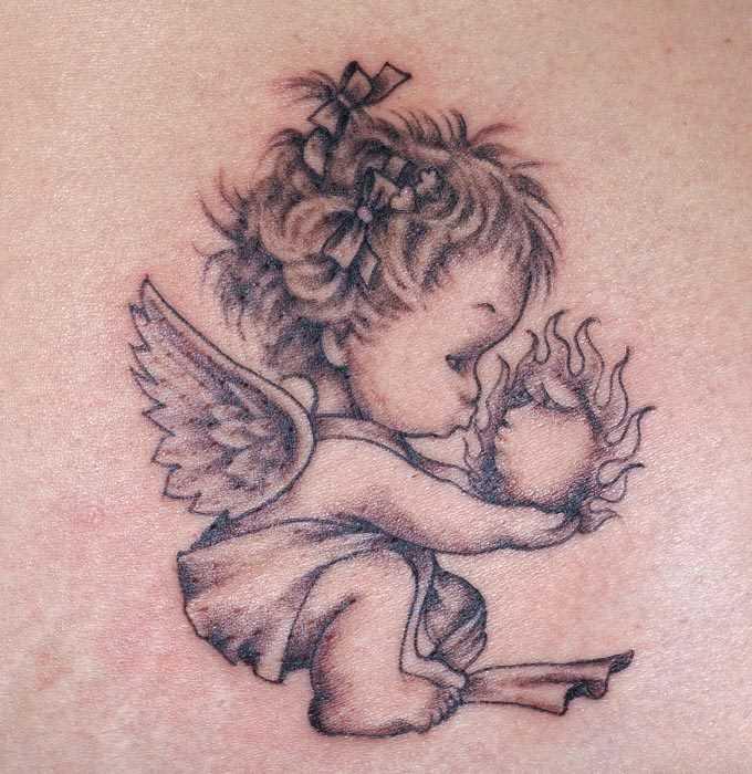 Tatuagem nas costas da menina - anjo