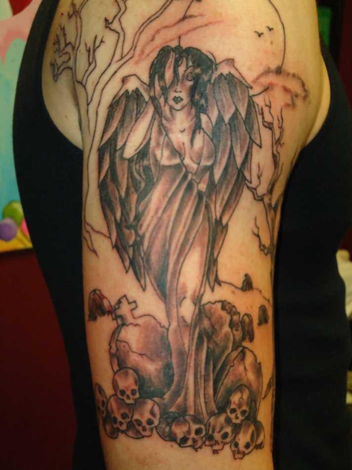 Tatuagem no ombro da menina - anjo