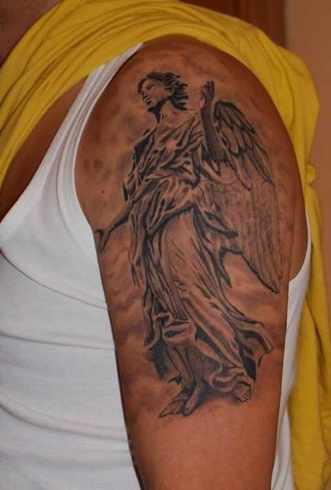 Tatuagem no ombro de um cara - de- anjo