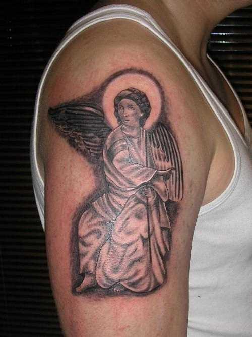 Tatuagem no ombro de um cara - um anjo em forma de menina