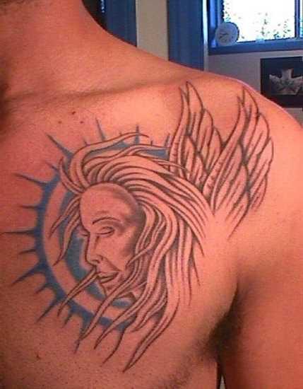 Tatuagem no peito do cara - de- anjo