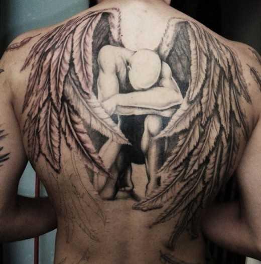 Tatuagem o cara nas costas em forma de anjo