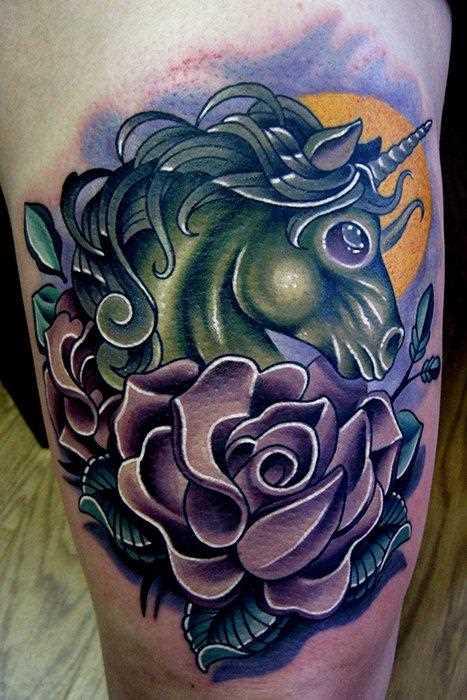 A bela cor de uma tatuagem nas coxas da menina - que é um unicórnio