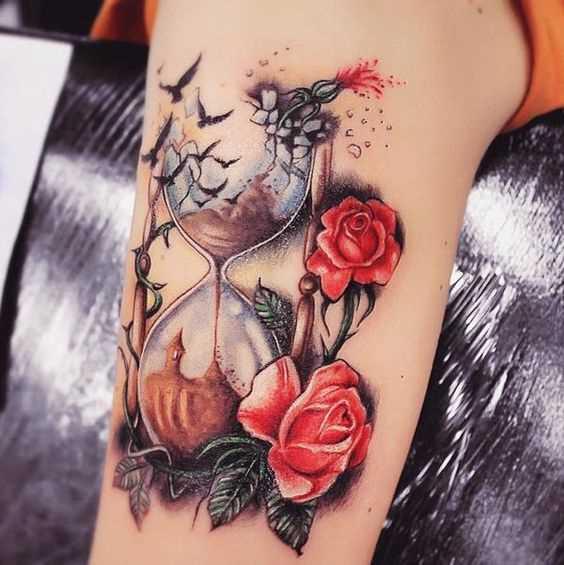 A bela figura de ampulheta com rosas no ombro da mulher