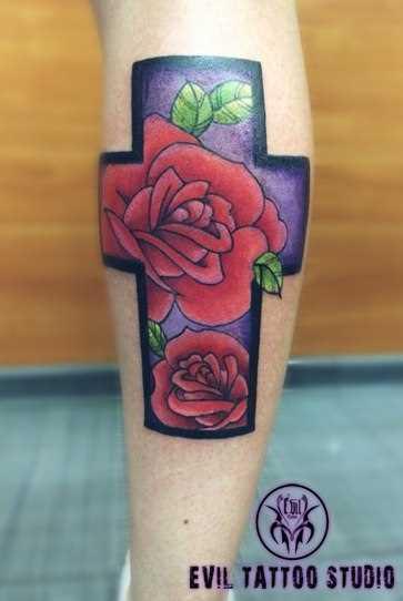 A cruz e as rosas - de tatuagem na perna do cara