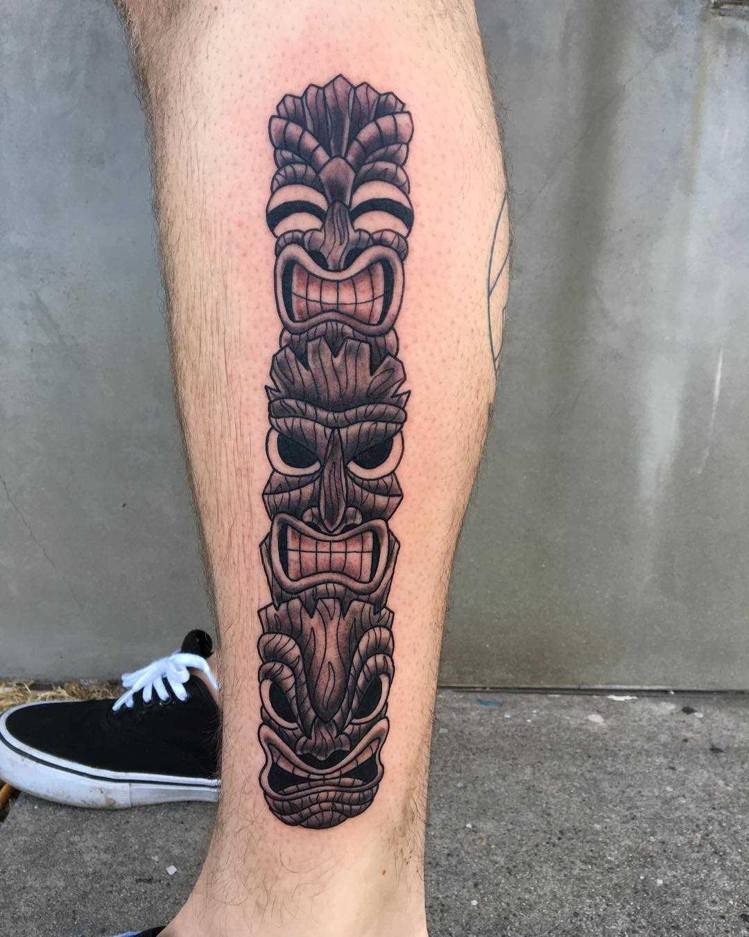 A figura do totem sobre a perna de homens