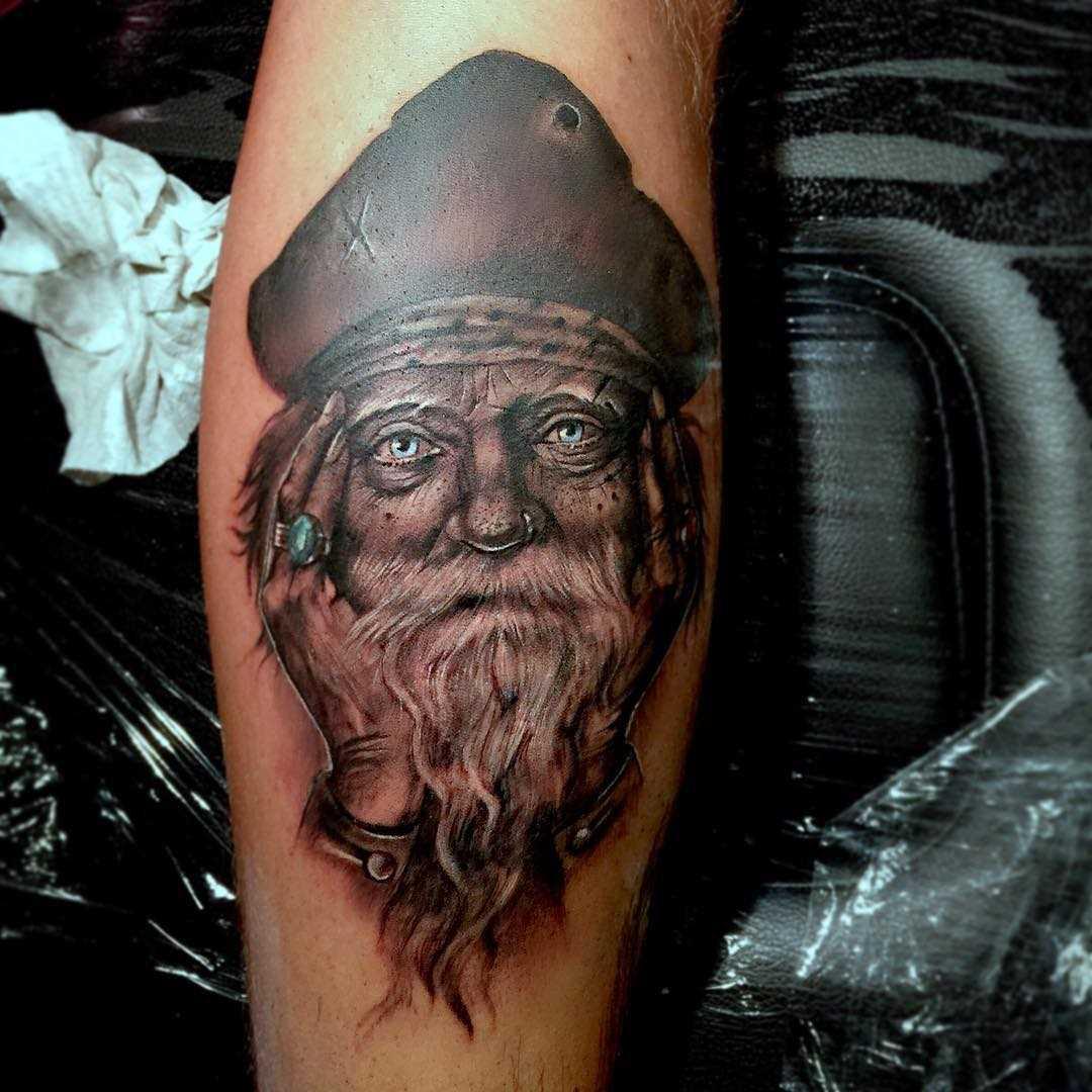 A figura do velho pirata sobre a perna de um cara