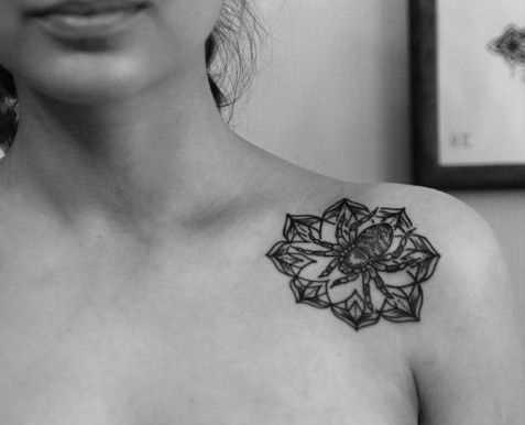 A foto da tatuagem de aranha no estilo de gráfico na clavícula menina