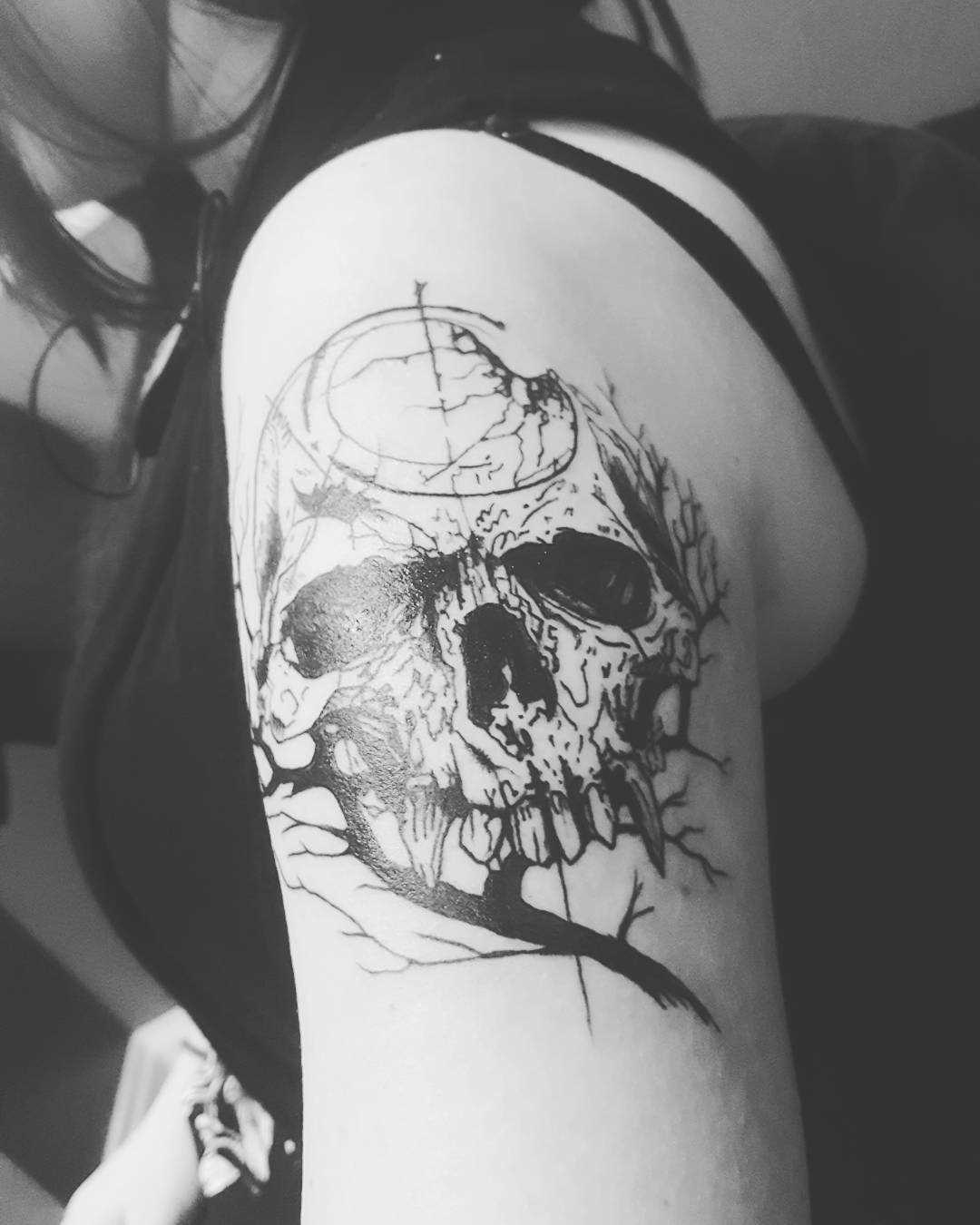A foto da tatuagem de caveira em estilo gótico no ombro da menina