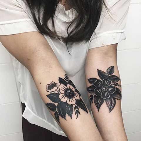 A foto da tatuagem de cores no estilo de blackwork no antebraço da menina