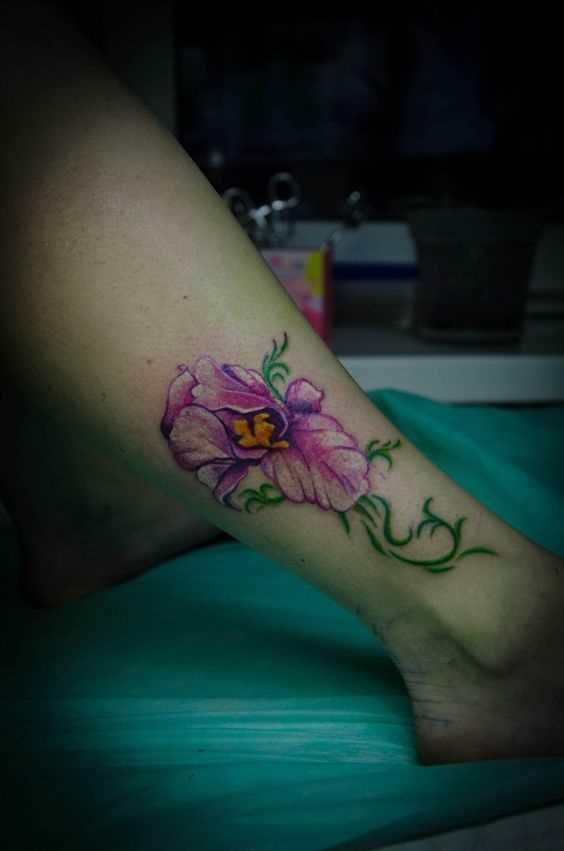 A foto da tatuagem de íris sobre a perna da menina