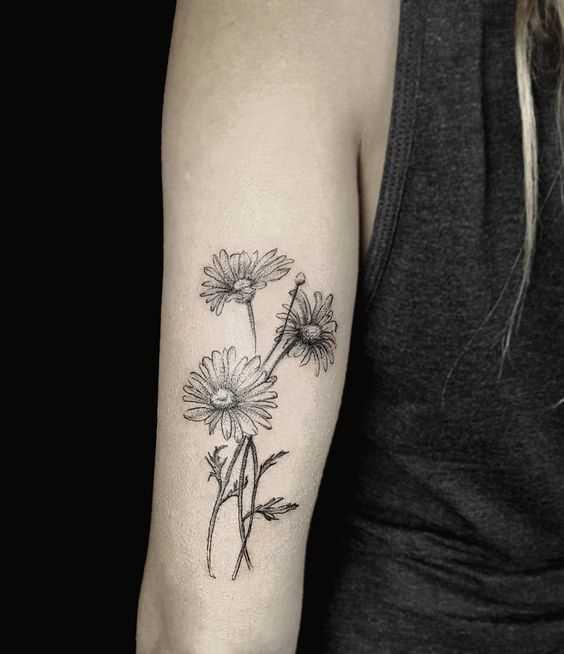A foto da tatuagem de margaridas na mão da menina