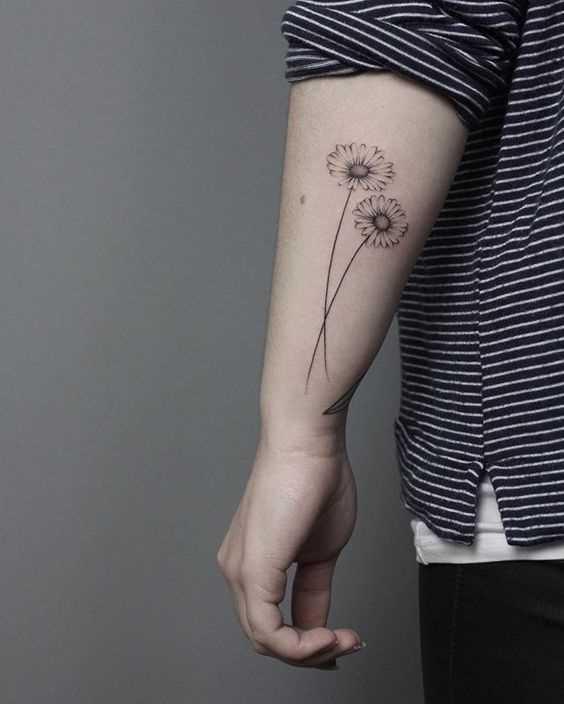 A foto da tatuagem de margaridas no antebraço da menina