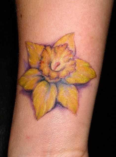 A foto da tatuagem de narcisos no antebraço da menina