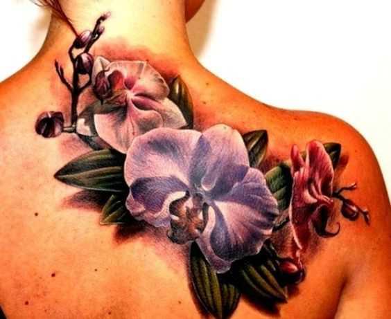 A foto da tatuagem de orquídeas na parte de trás da menina