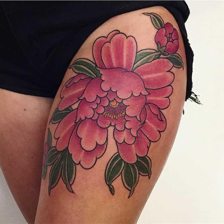 A foto da tatuagem de peônia no estilo oriental no quadril da menina