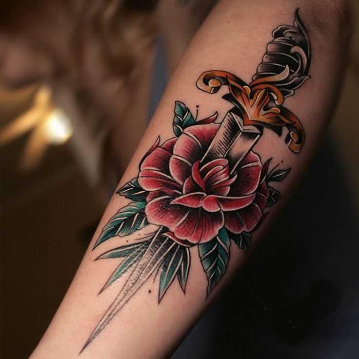 A foto da tatuagem de rosa com um punhal na predpeche cara