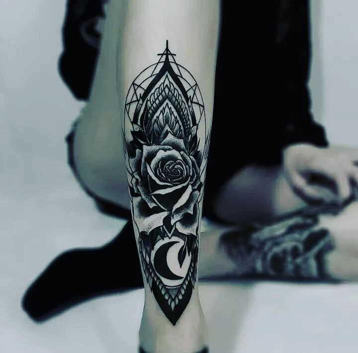 A foto da tatuagem de rosas no estilo blackwork sobre a perna da menina