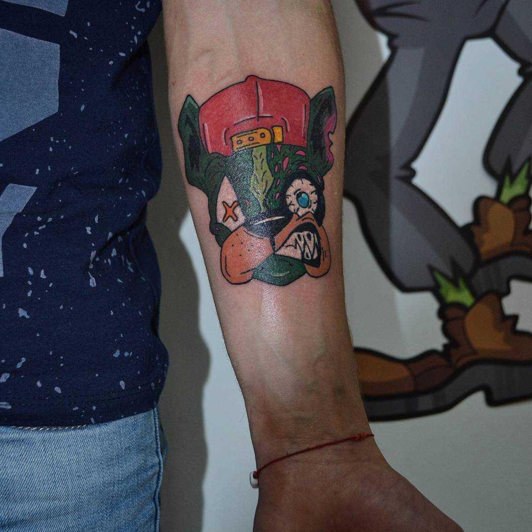 A foto da tatuagem de um cão em estilo newschool no antebraço cara