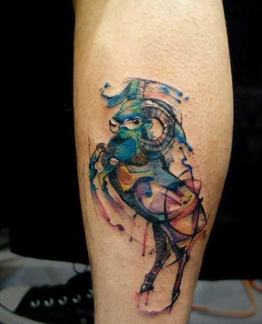 A foto da tatuagem de um carneiro sobre a perna de um cara