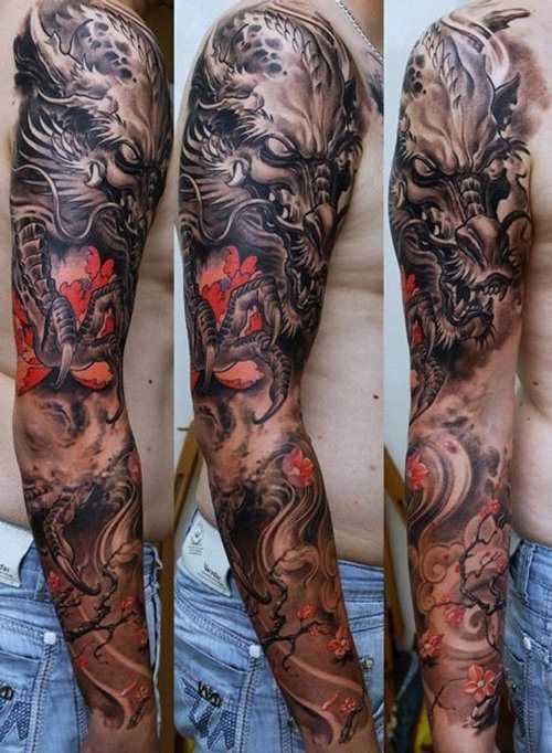 A foto da tatuagem de um dragão no estilo oriental na manga cara