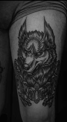 A foto da tatuagem de um lobo no estilo de gráfico no quadril cara