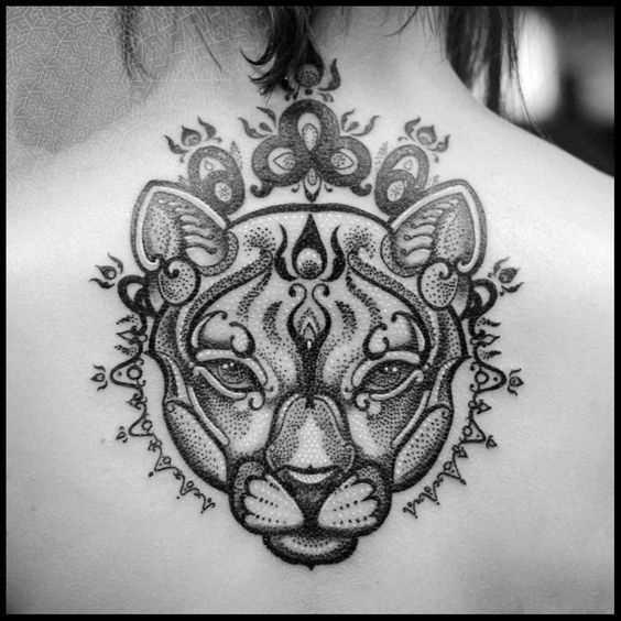A foto da tatuagem de um tigre no estilo de um gráfico na parte de trás da menina