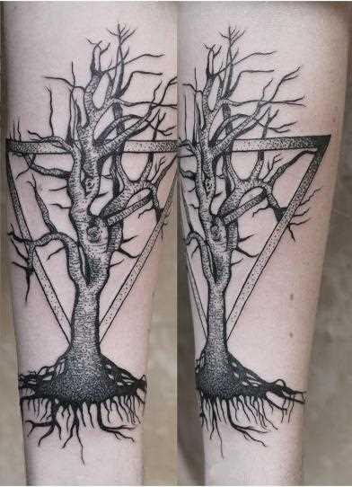 A foto da tatuagem de uma árvore, no estilo de gráfico no antebraço da menina