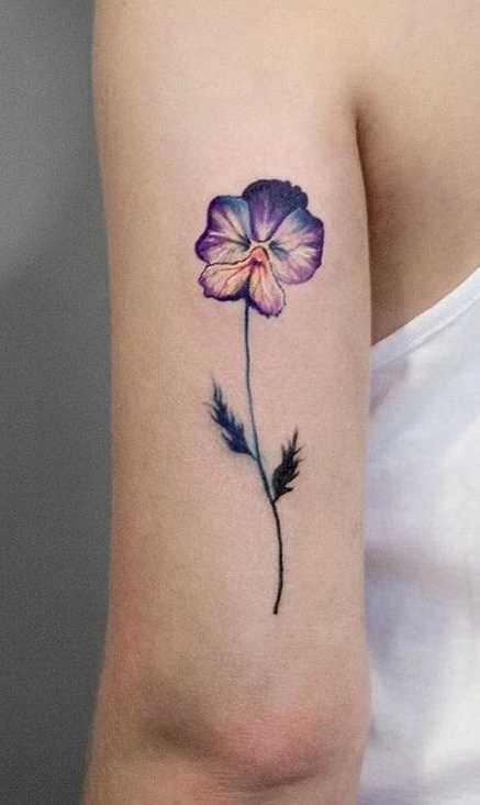 A foto da tatuagem de violeta na mão da menina