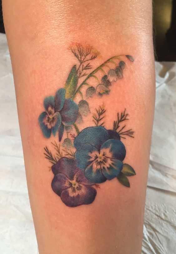 A foto da tatuagem de violetas no antebraço da menina