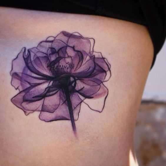 A foto da tatuagem de violetas no lado de meninas