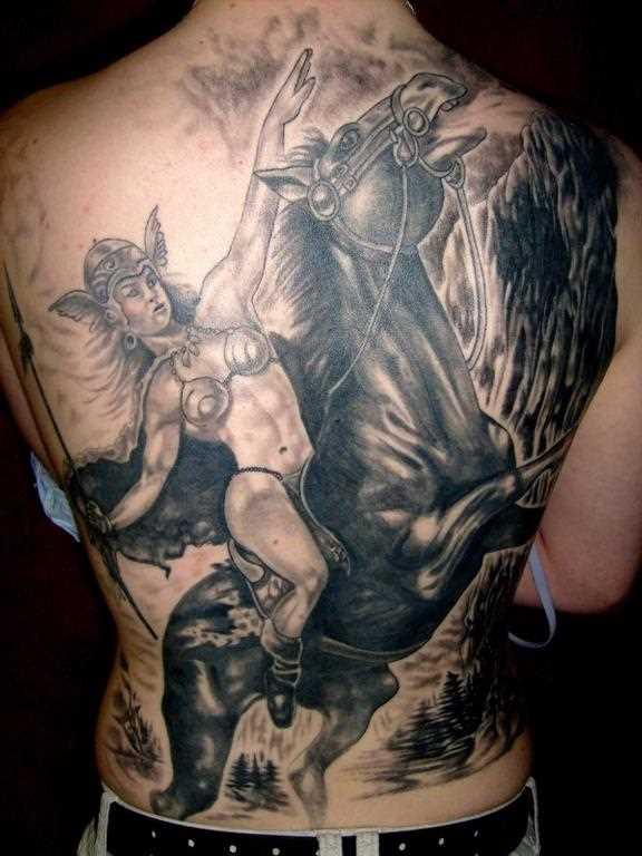 A grande tatuagem que um cara na parte de trás - Valkyrie sobre o cavalo