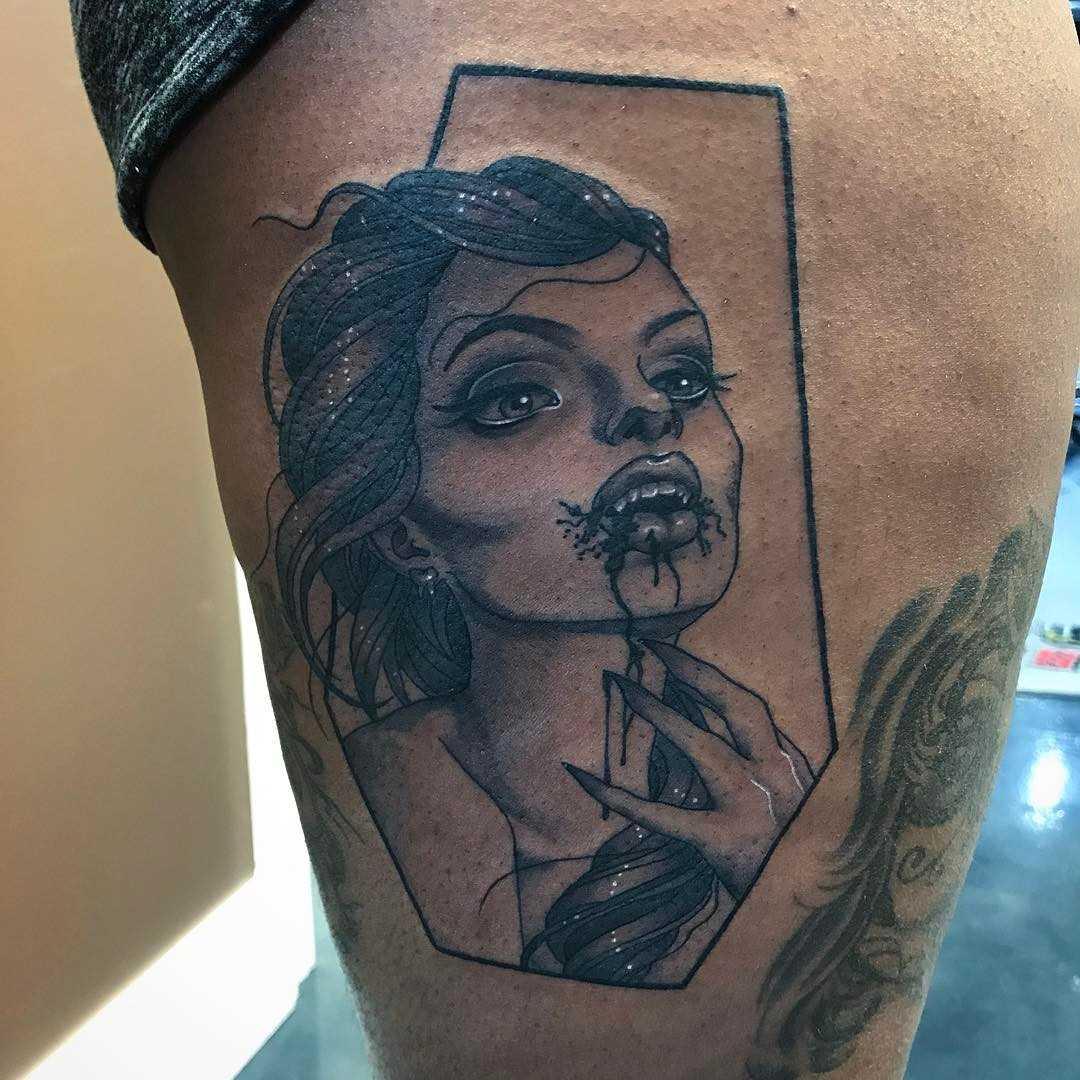 A imagem vampiro no quadril da mulher