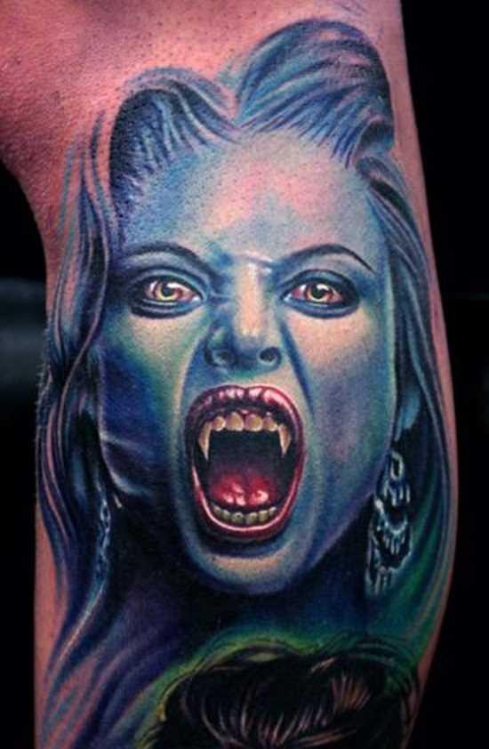 A imagem vampiro sobre a perna de um cara