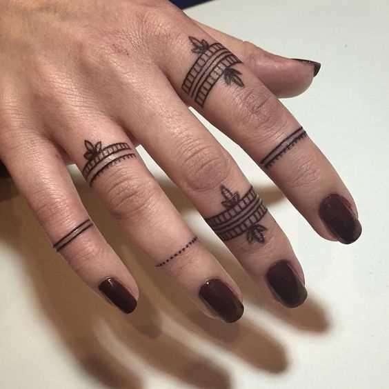 A imagem anéis nos dedos da menina