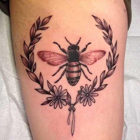 A imagem da abelha com a grinalda no ombro da menina