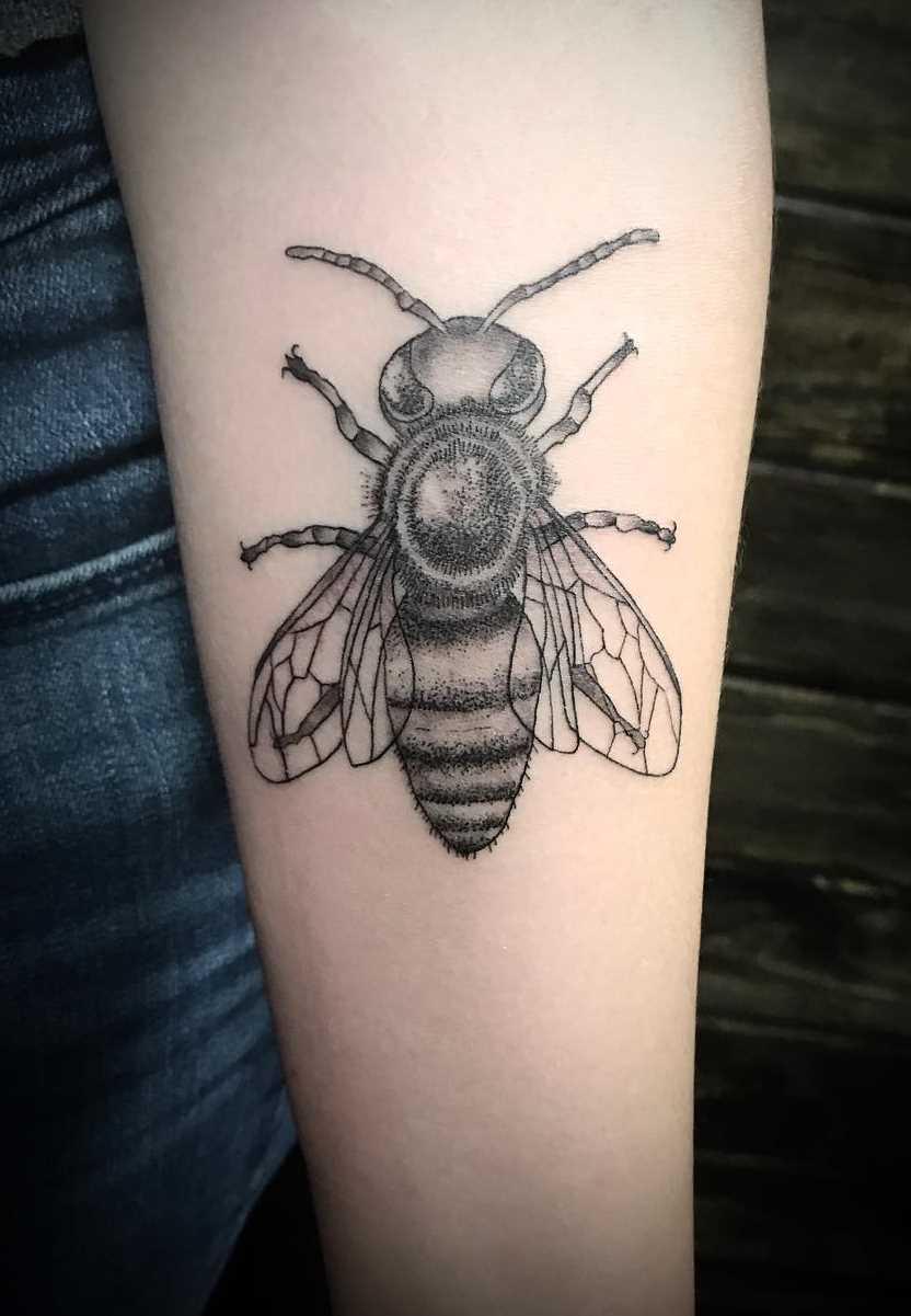 A imagem da abelha no antebraço da menina