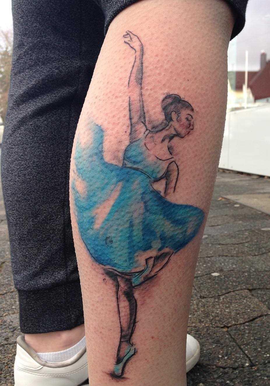A imagem da bailarina sobre a perna da mulher