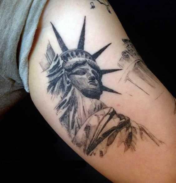 A imagem da estátua da liberdade na mão de um cara