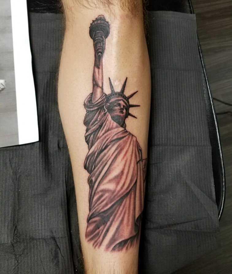A imagem da estátua da liberdade sobre a perna de homens