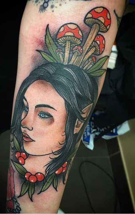 A imagem da menina elfo no antebraço cara
