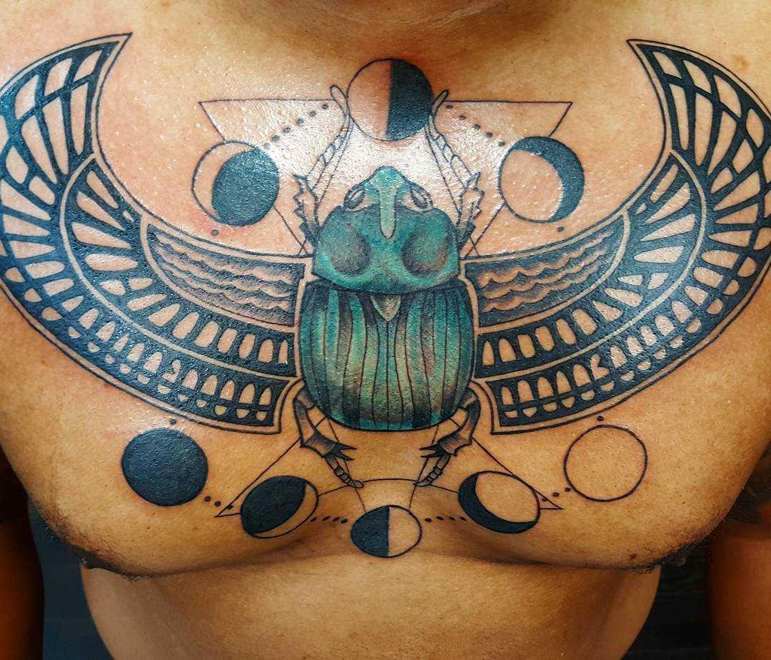 A imagem de escaravelho na cara no peito