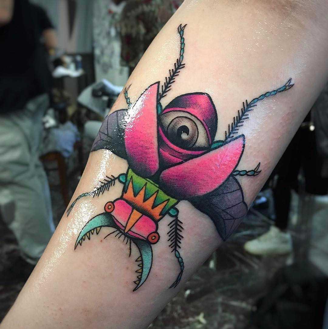 A imagem de escaravelho no antebraço da menina