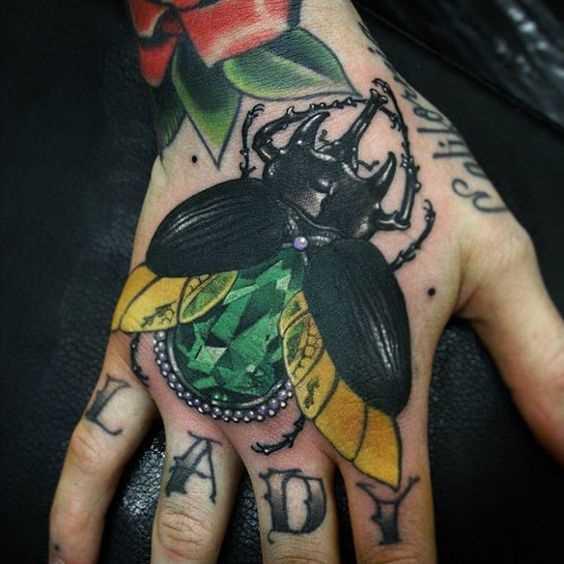 A imagem de escaravelho no pincel homens