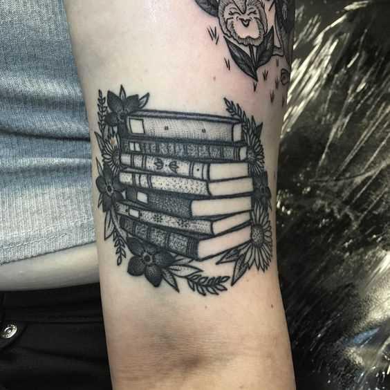 A imagem de livros com flores na mão de uma menina