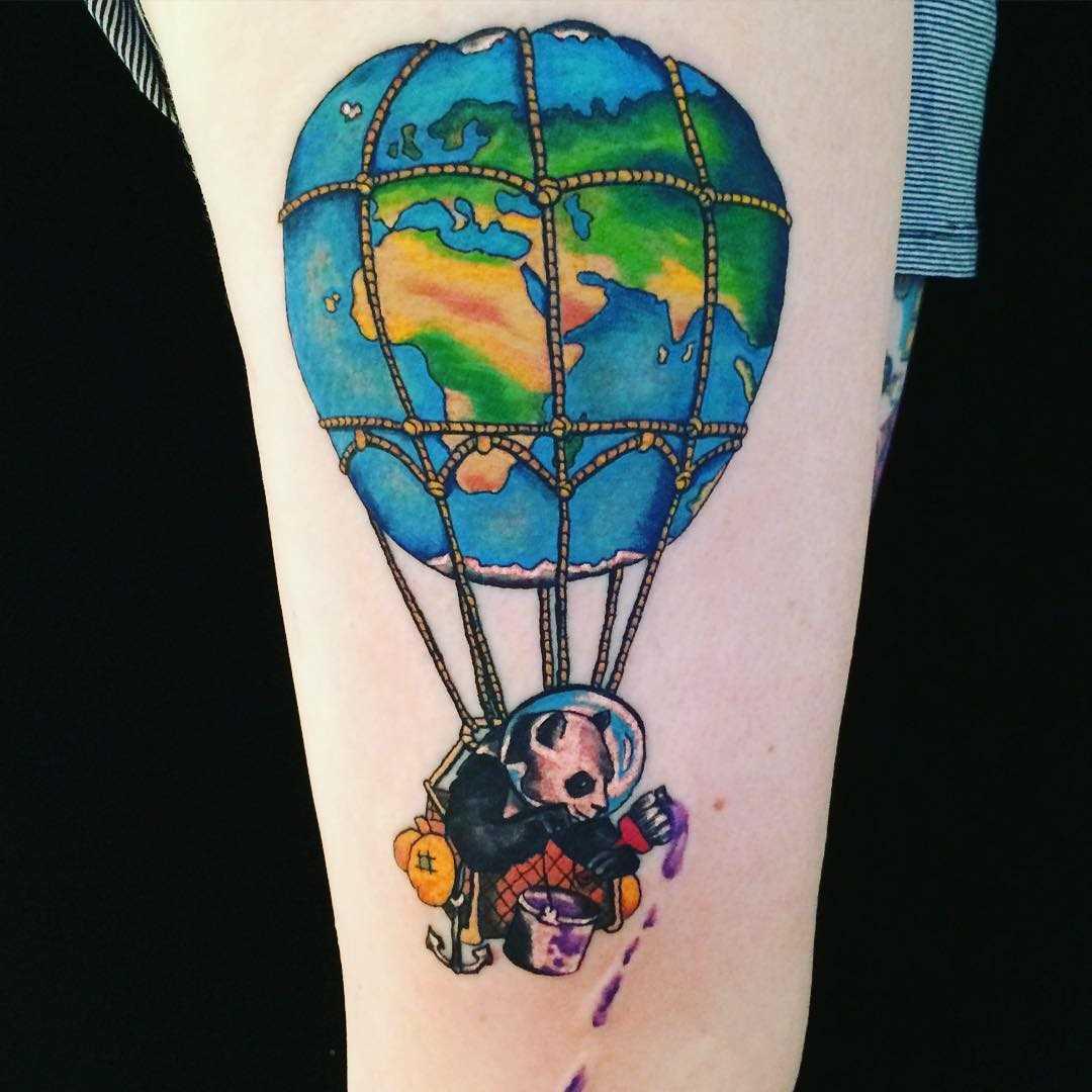 A imagem de um balão de ar com um panda no quadril da mulher