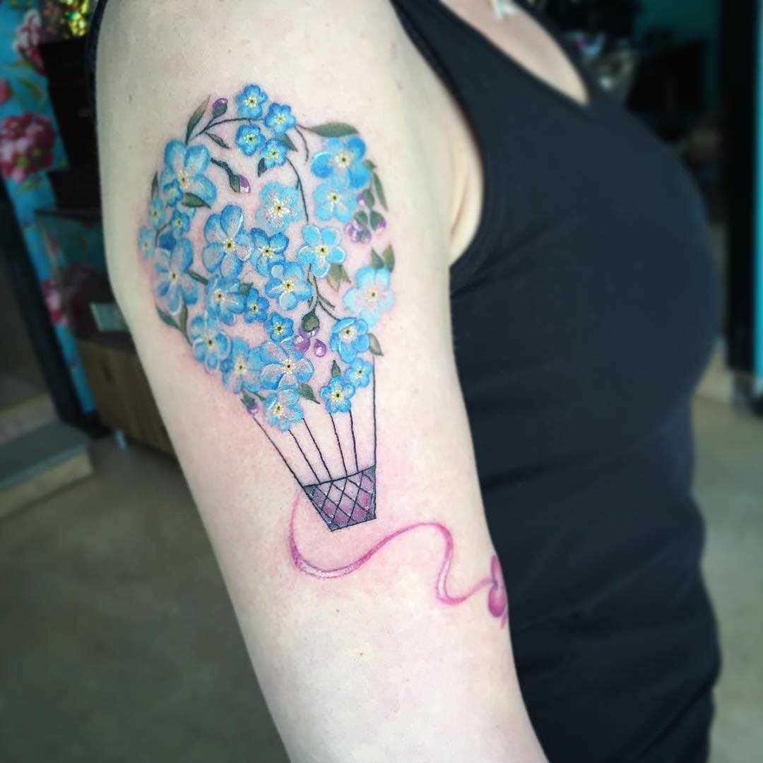 A imagem de um balão de flores no ombro da menina