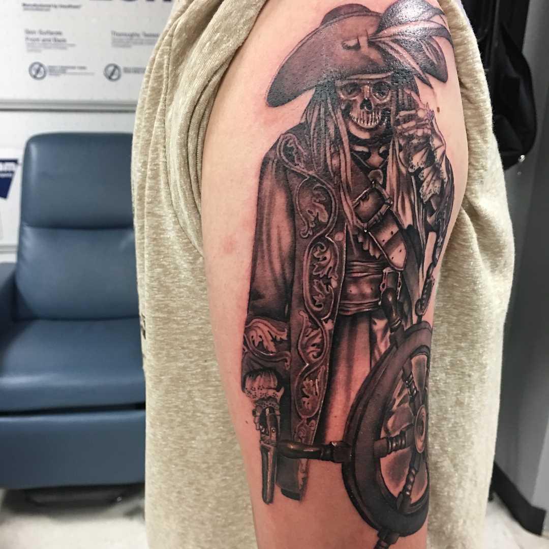 A imagem de um pirata com o volante no ombro do cara