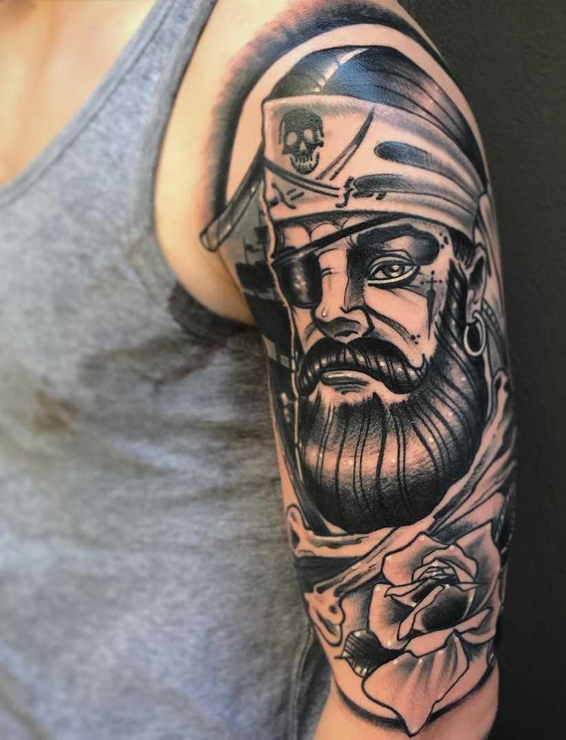 A imagem de um pirata com uma rosa no ombro do cara